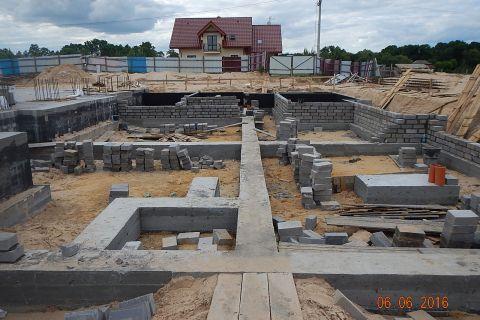 Cd. fundamenty pod częścią plebanijną Zespołu Sakralnego