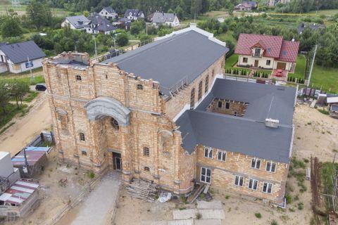 Budowa frontonu kościoła i wieży