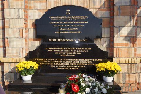 Ksiądz Abp Edward Ozorowski odprawił Mszę św. odpustową i poświęcił grobowiec i tablice pamiatkowe w Ignatkach - Osiedle